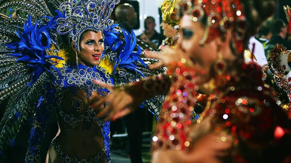 As irmãs Minerato no desfile da Gaviões da Fiel, no Sambódromo do Anhembi