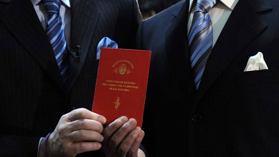 O primeiro casal gay legalizado de Buenos Aires segura a certidão de casamento. A Argentina aprovou em 15 de julho a lei que permite casamento entre pessoas no mesmo sexo