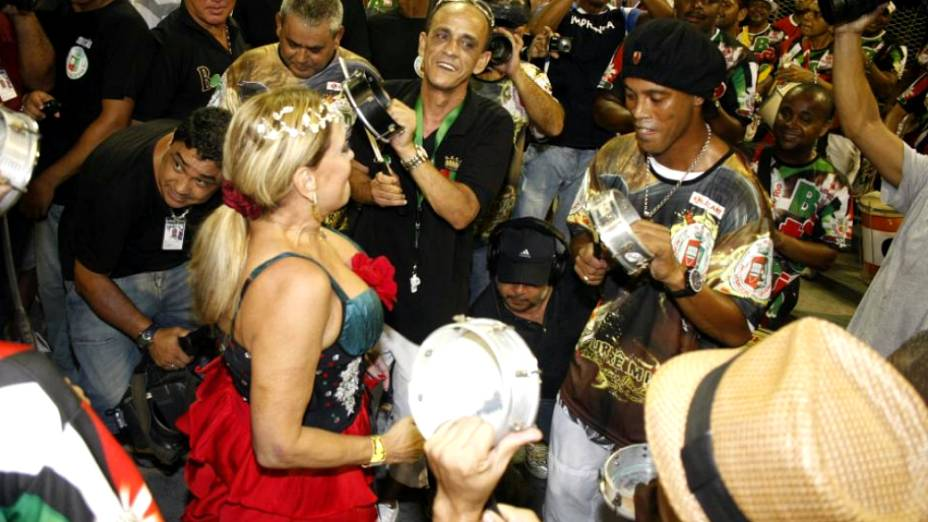 Ronaldinho Gaúcho até tocou tamborim com os ritmistas da escola de Caxias
