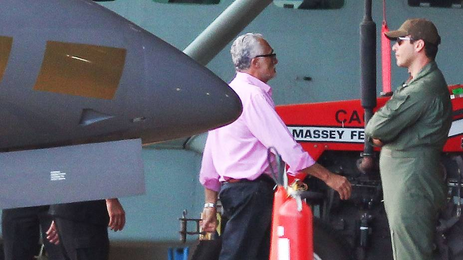 Condenado do mensalão, José Genoino desembarca no hangar da PF em Brasilia