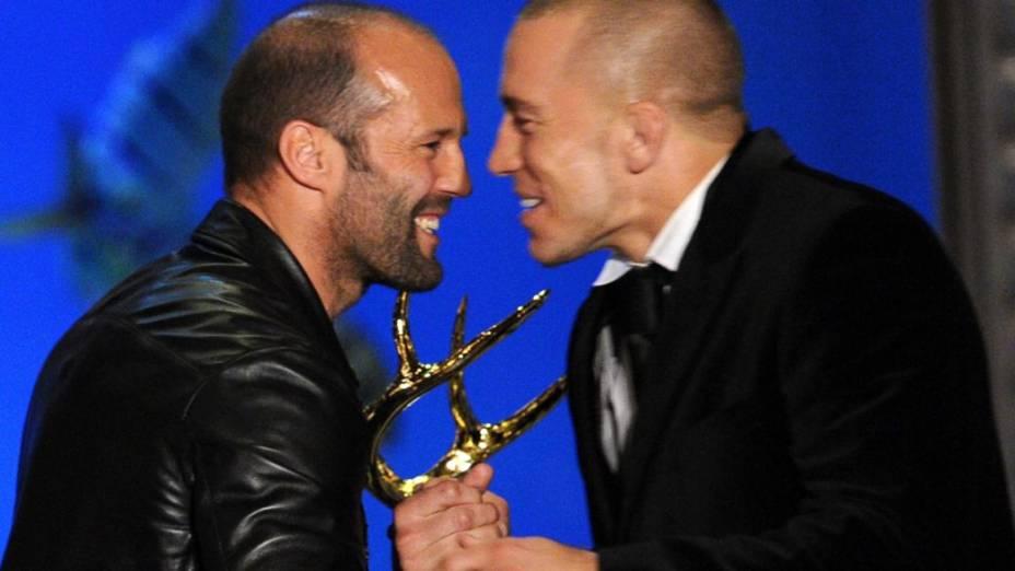 Georges St-Pierre recebe um prêmio entregue pelo astro de filmes de ação Jason Statham