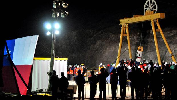 A Fênix 2 e os técnicos recebem o primeiro mineiro libertado
