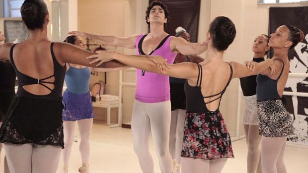 Nando (Reynaldo Gianecchini) faz aulas de balé