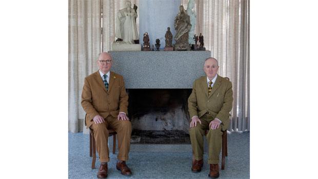 Escultura viva de Gilbert & George na Casa de Vidro