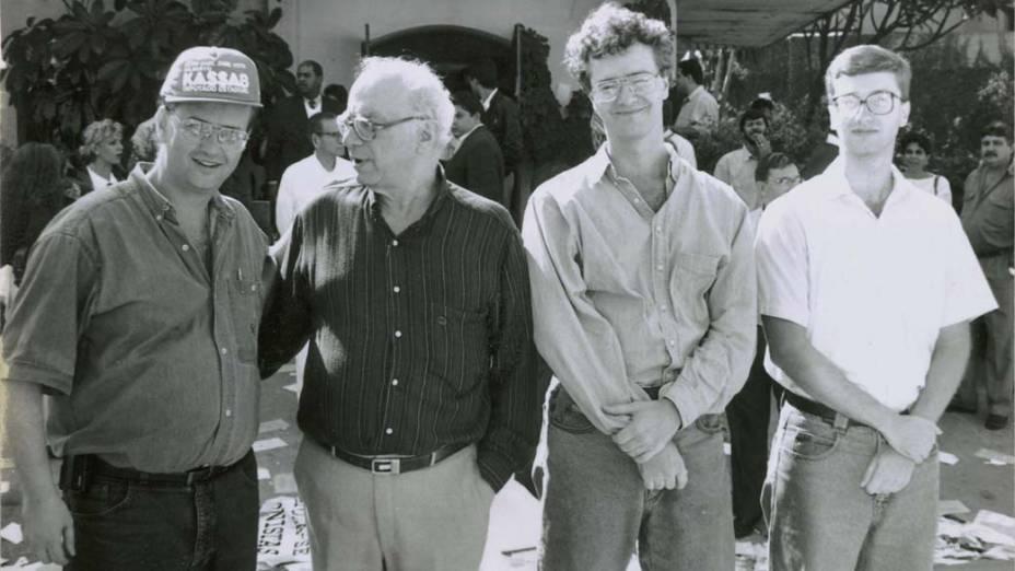 Gilberto Kassab, de boné, à esquerda, durante campanha para deputado estadual