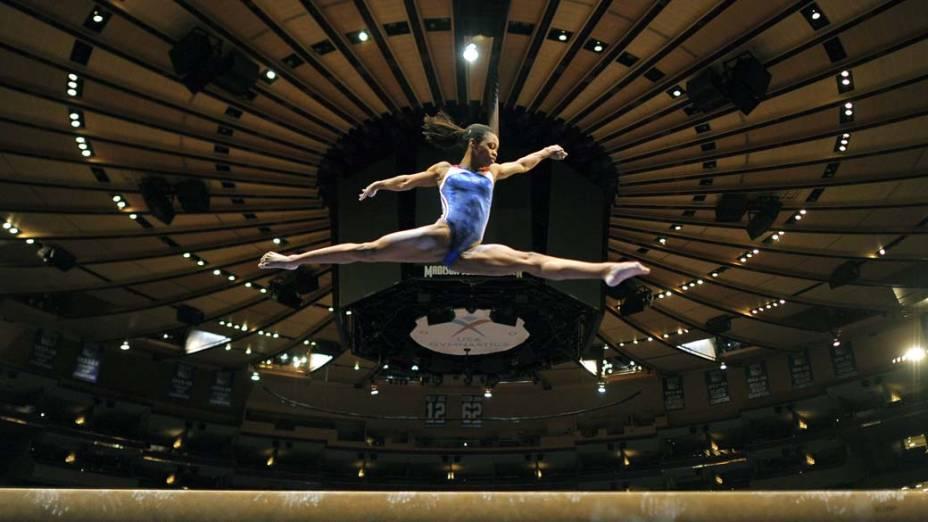 """A americana Gabby Douglas em aparelho de ginástica olímpica durante treino para a Copa Americana no """"Madison Square Garden"""" em Nova York"""