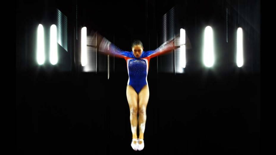 A holandesa Andrea Lenders durante qualificação para o trampolim na ginástica olímpica em Londres, Inglaterra