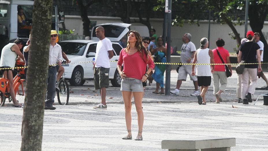 A modelo brasileira Gisele Bündchen grava comercial na praia do Leme, na zona sul do Rio