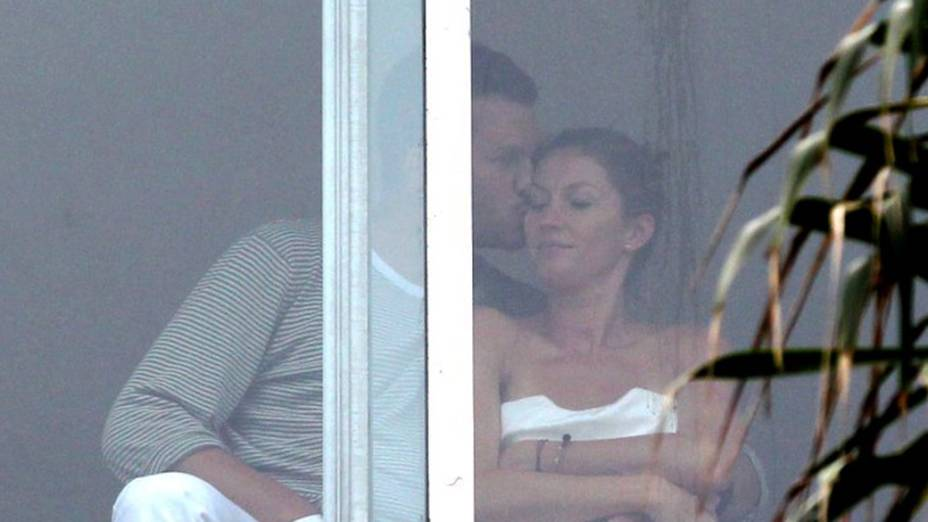 A modelo Gisele Bündchen e seu marido, o jogador de futebol americano Tom Brady, foram fotografados na janela de um hotel em Copacabana, no Rio de Janeiro