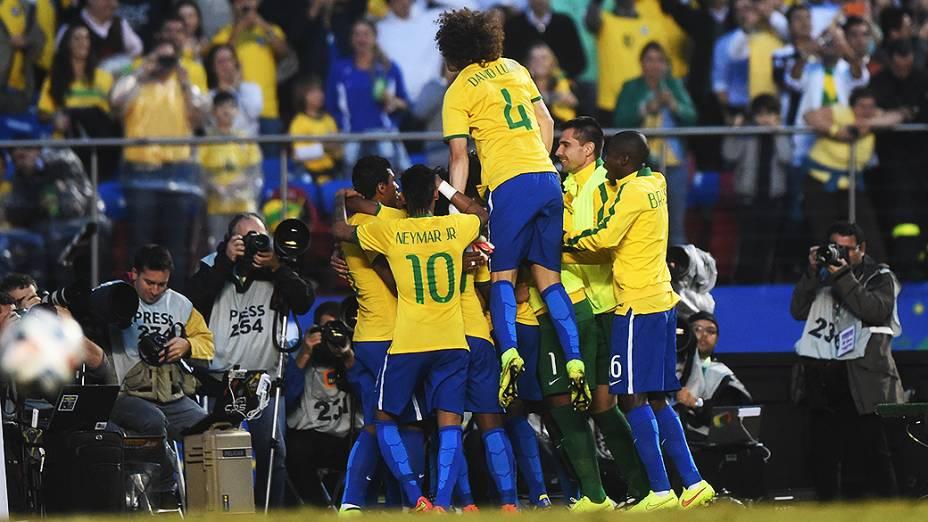 Jogadores do Brasil comemoram gol contra a Sérvia, no amistoso em São Paulo