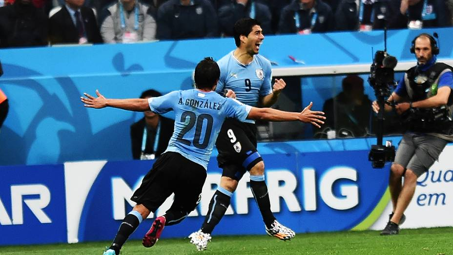 Luis Suárez comemora gol contra a Inglaterra no Itaquerão, em São Paulo