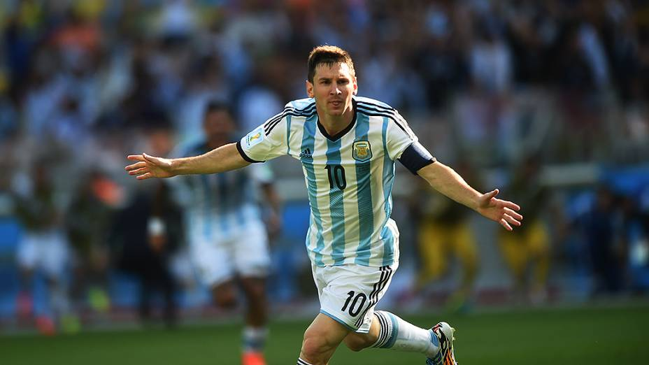 Lionel Messi comemora gol da Argentina marcado nos acréscimos do segundo tempo