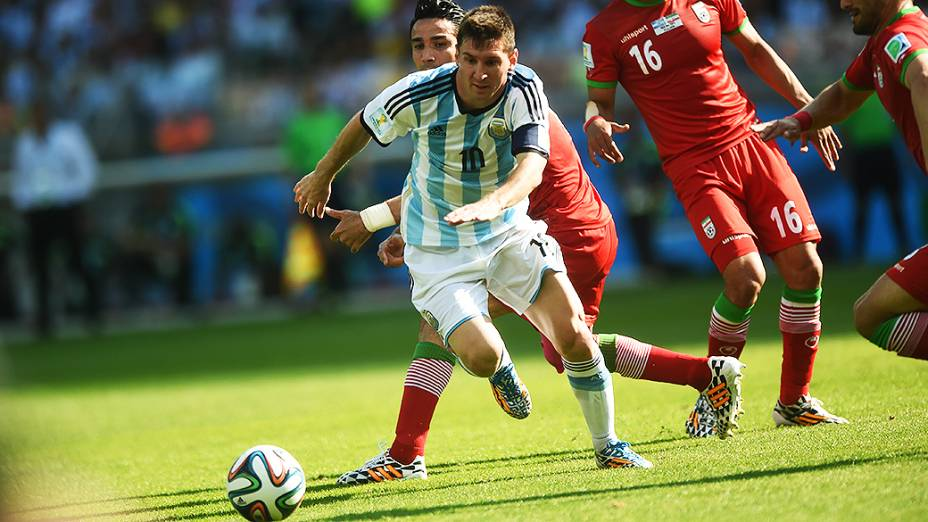 Messi corre para alcançar a bola no jogo contra Gana no Mineirão, em Belo Horizonte