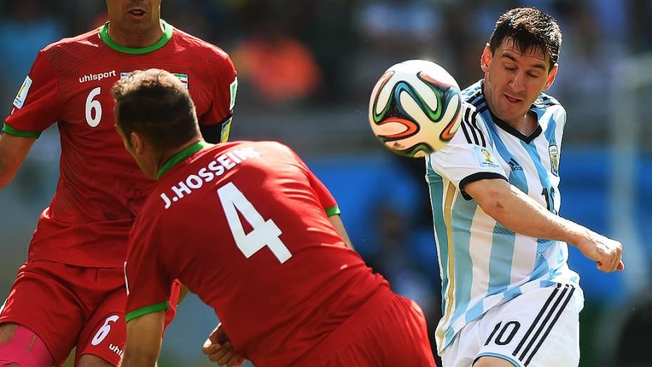 Messi chuta contra o gol do Irã e marca o único gol da Argentina na partida