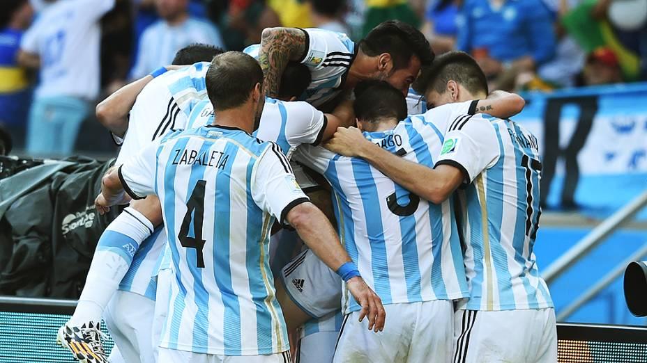 Jogadores da Argentina comemoram gol marcado por Messi nos acréscimos do segundo tempo