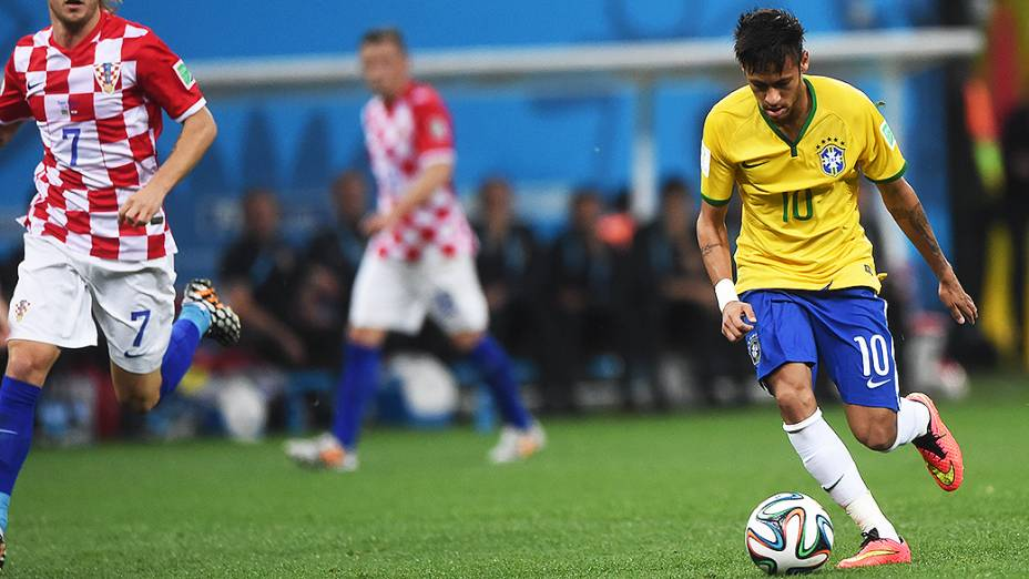 Neymar conduz a bola no jogo de abertura da Copa contra a Croácia, no Itaquerão em São Paulo