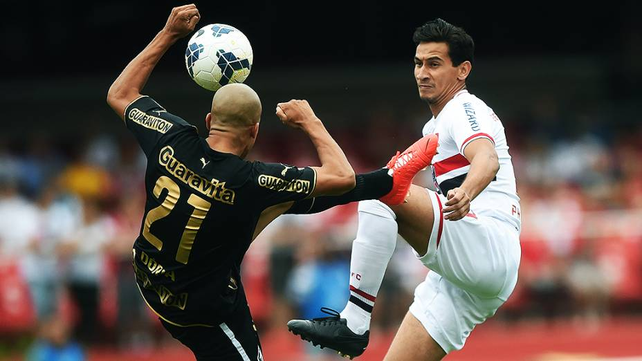 Jogador Doria, do Botafogo, disputa a bola com Paulo Henrique Ganso, do São Paulo, pela primeira rodada do Campeonato Brasileiro, no Morumbi