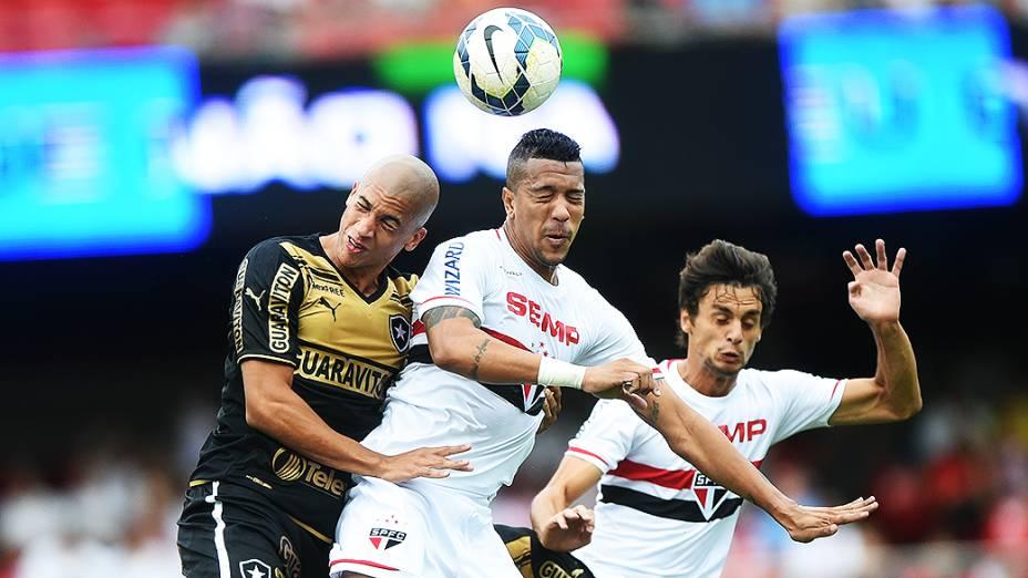 Jogador Doria, do Botafogo, disputa a bola com Antônio Carlos, do São Paulo, pelo Campeonato Brasileiro no Morumbi