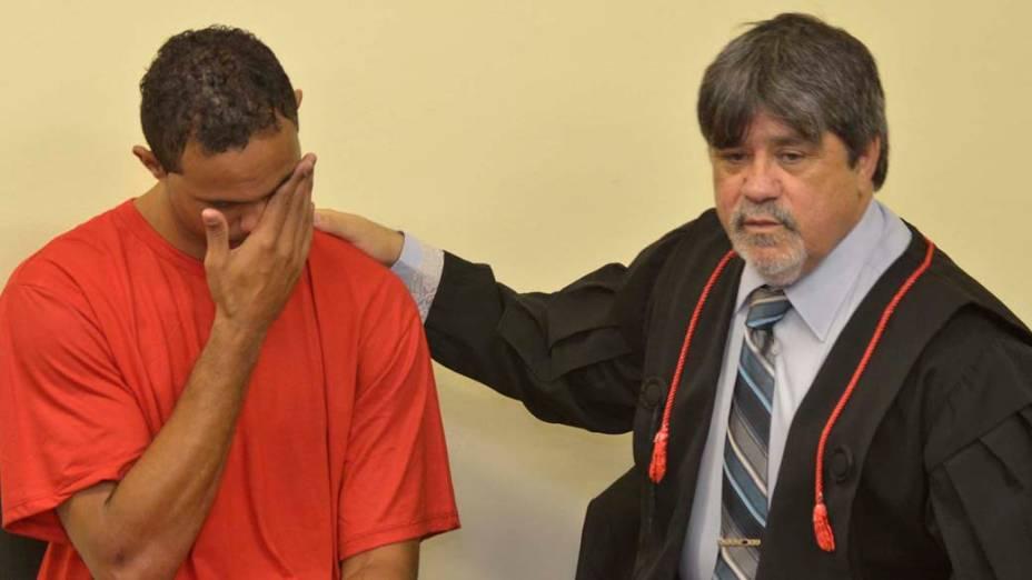 O ex-goleiro Bruno e seu advogado, Lucio Adolfo, no fórum de Contagem, em 05/03/2013