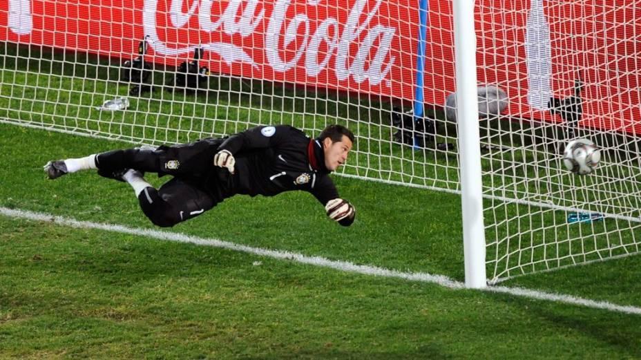 O goleiro Júlio César na Copa das Confederações de 2009, na África do Sul - título conquistado pela seleção