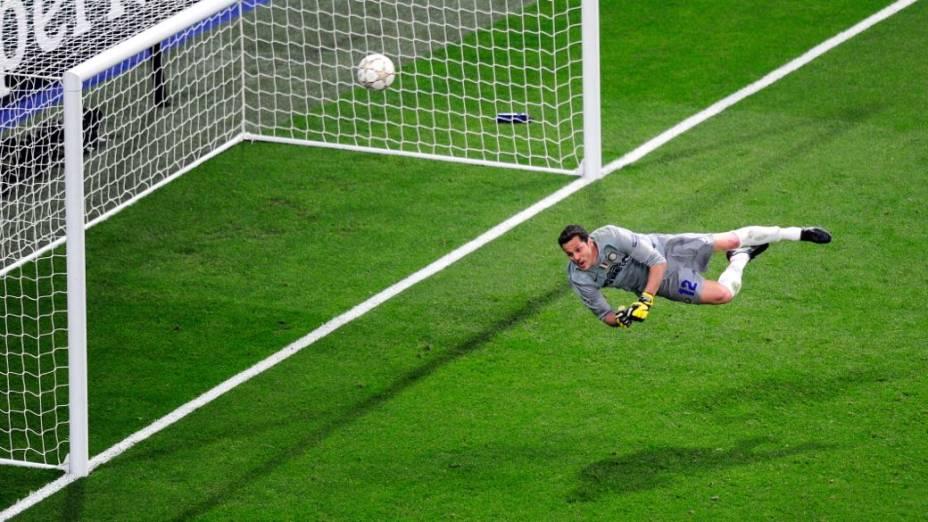 O goleiro Júlio César faz uma defesa na final da Liga dos Campeões entre Inter e Bayern, em Madri