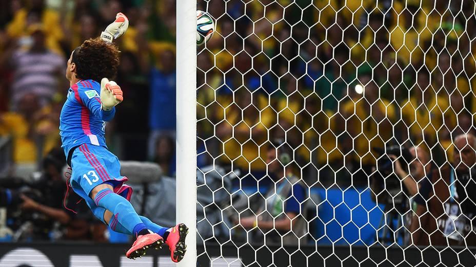 O goleiro Guillermo Ochoa defende a cobrança de falta de Neymar