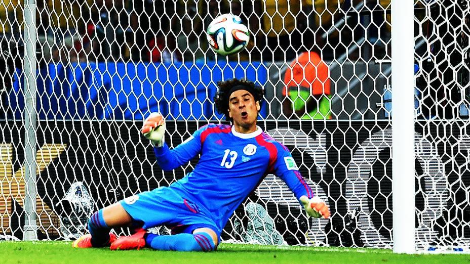 O goleiro Guillermo Ochoa em lance no jogo contra o Brasil