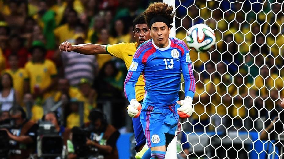 O goleiro Guillermo Ochoa em lance com Paulinhono jogo contra o Brasil