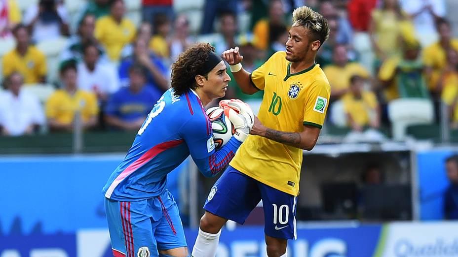 O goleiro Guillermo Ochoa segura a bola no jogo contra o Brasil