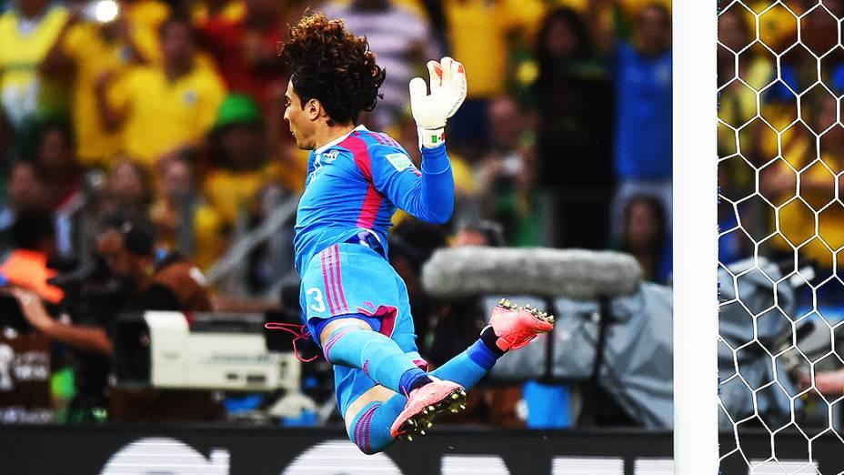 O goleiro Guillermo Ochoa pula para denfender a bola no jogo contra o Brasil no Castelão, em Fortaleza