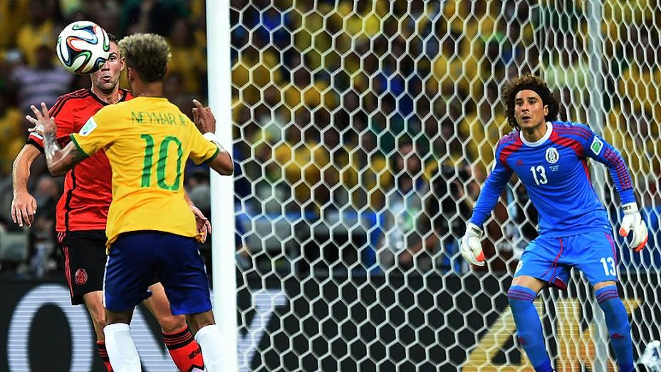 O goleiro Guillermo Ochoa se prepara para defender chute de Neymar