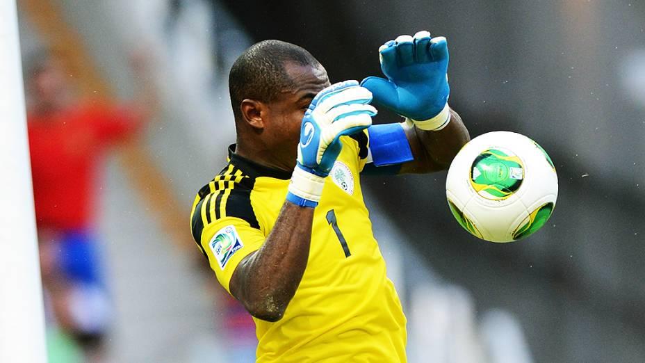 Goleiro da Nigéria durante jogo pela Copa das Confederações no Brasil