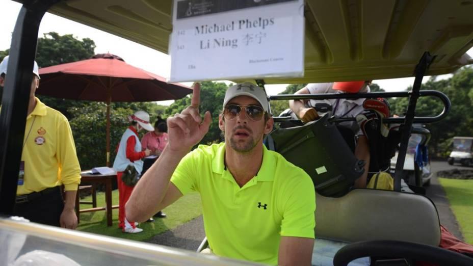 <br><br>  O ex-nadador Michael Phelps no torneio de golfe das celebridades em Haikou, na China, nesta sexta-feira