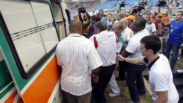 O técnico do Vasco Ricardo Gomes é atendido durante a partida entre Flamengo x Vasco, neste domingo (28), no Estádio Engenhão. O técnico foi levado ao Hospital Pasteur, no Méier e está internado no CTI