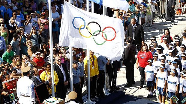 Governador Sérgio Cabral e o presidente do COB, Carlos Arthur Nuzman, apresentaram a bandeira olimpíca no Complexo do Alemão