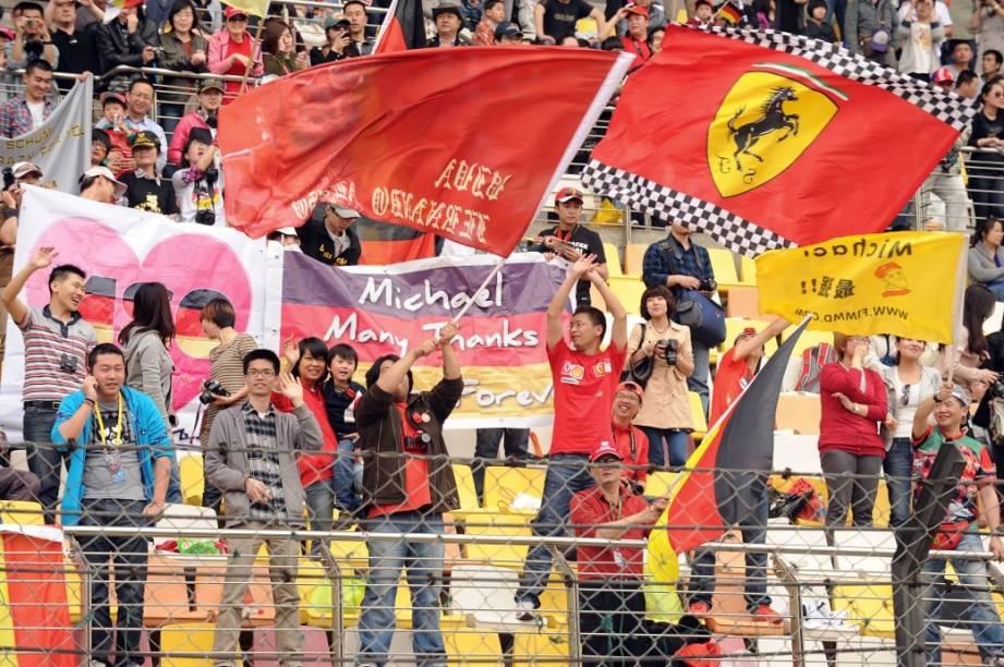 Torcida chinesa apoia a Ferrari antes do GP, em Xangai
