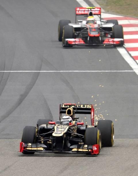 Raikkonen, da Lotus, na frente de Hamilton, da McLaren, no GP da China de Fórmula 1, em circuito de Xangai