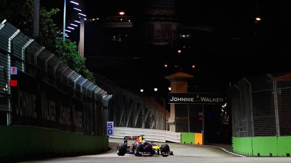 Sebastian Vettel, da Red Bull Racing, lidera o GP de Cingapura