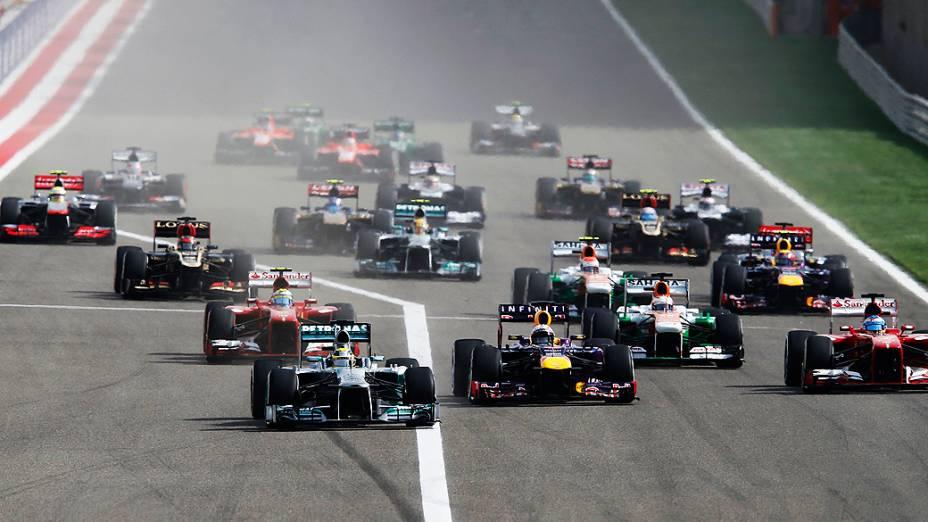 Depois da largada, Rosberg se mantém na ponta, Vettel pula para a 2° posição