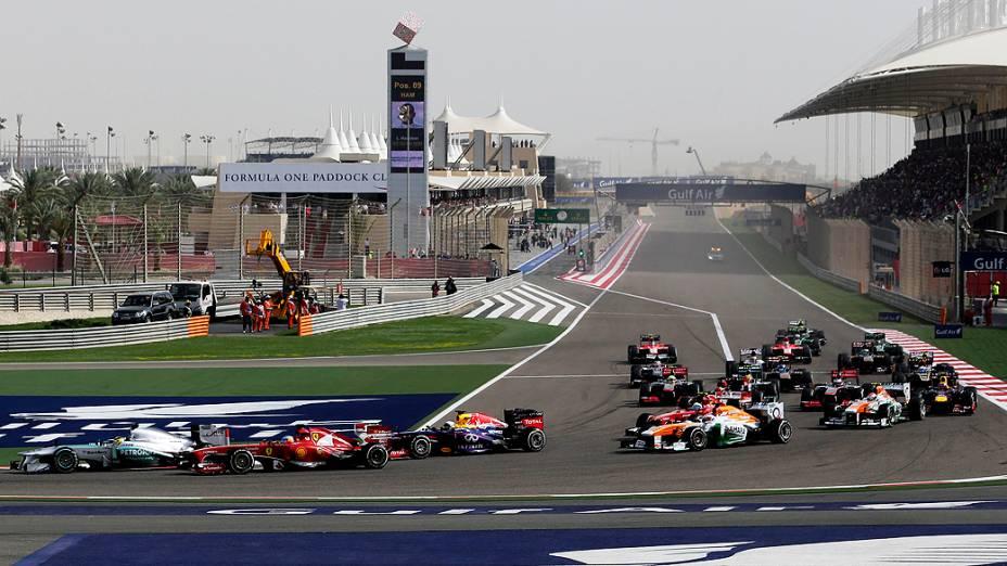 Pilotos durante largada do GP do Bahrein de Fórmula 1
