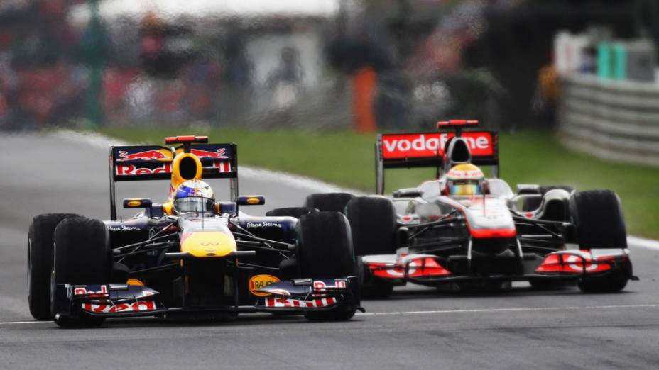 Sebastian Vettel, da RBR, e Lewis Hamilton, da McLaren, disputam o segundo lugar no GP da Hungria