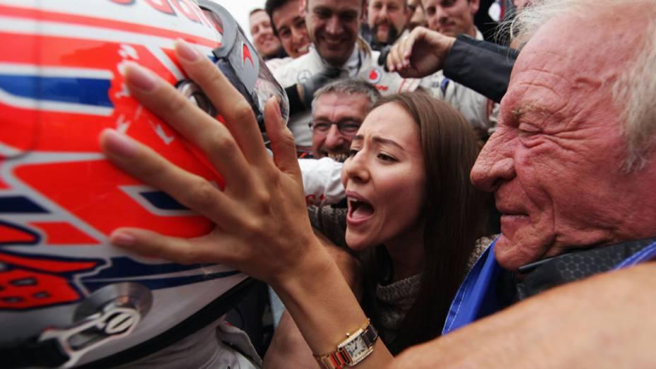 Jenson Button, da McLaren, comemora com a namorada, Jessica Michibata, e o seu pai, John Button, a vitória do GP da Hungria
