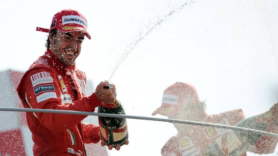 Primeiro lugar no GP de Monza, Fernando Alonso (esquerda) comemora com o companheiro Felipe Massa, terceiro lugar na prova.<br>
