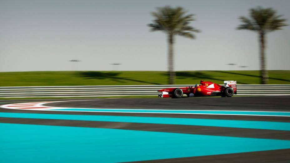 O espanhol Fernando Alonso, da Ferrari, passa por um dos belos trechos do circuito de Yas Marina, durante o GP de Abu Dhabi