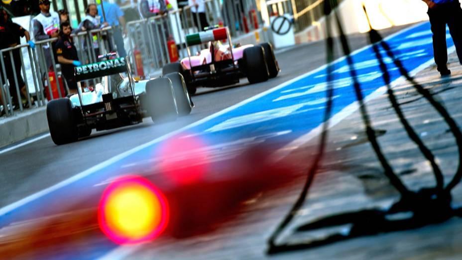 Felipe Massa e Michael Schumacher deixam os boxes, durante o treino classificatório do GP de Abu Dhabi