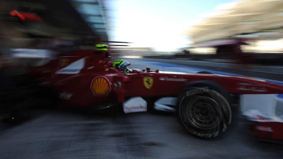 Felipe Massa, da Ferrari, deixa os boxes para o treino classificatório do GP de Abu Dhabi