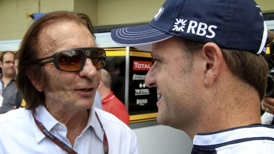 Rubens Barrichello conversa com o campeão Emerson Fittipaldi durante os preparativos do GP de Fórmula 1 no Brasil. 04/11/2010