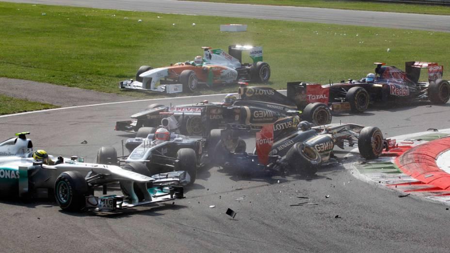 O alemão Niko Rosberg e outros carros durante acidente no GP da Itália