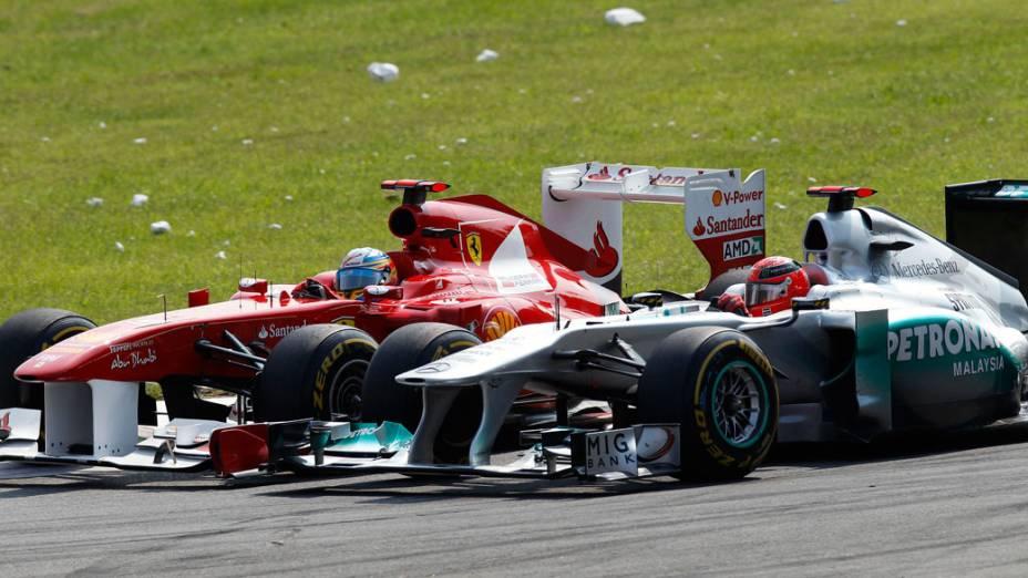 Fernando Alonso, da Ferrari, Michael Schumacher disputam posição no GP da Itália