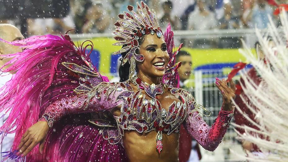 "Na X-9 Paulistana, Gracyanne Barbosa desfilou o tema ""Insano"" no Sambódromo do Anhembi"